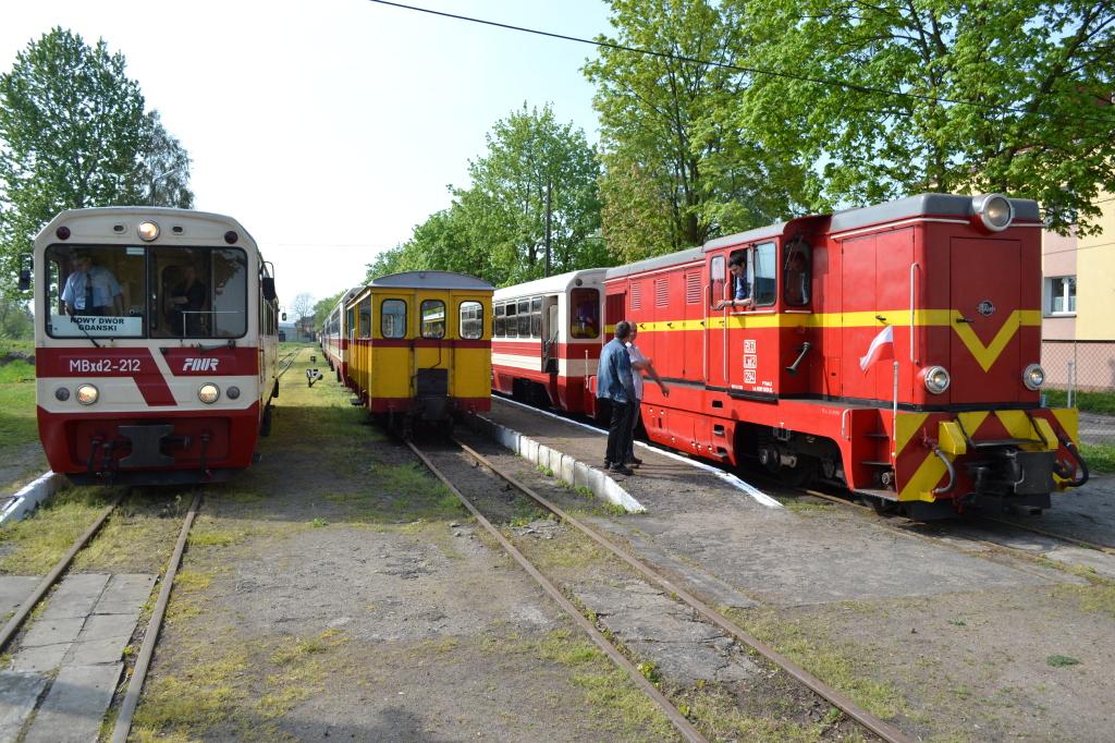 Przesiadka w Nowym Dworze Gdańskim: MBxd2-212 przyjechał jako poc. z Tui, obok Lxd2-294 gotowa do odjazdu z poc. do Prawego Brzegu Wisły, fot. D. Wenta