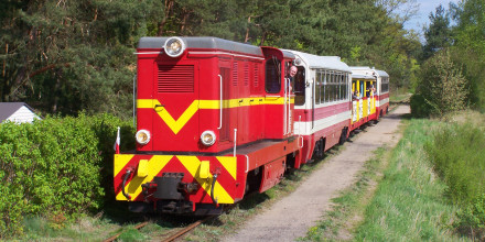 Skład ze Sztutowa do Prawego Brzegu Wisły dojeżdża do stacji Jantar. Fot. Grzegorz Fey