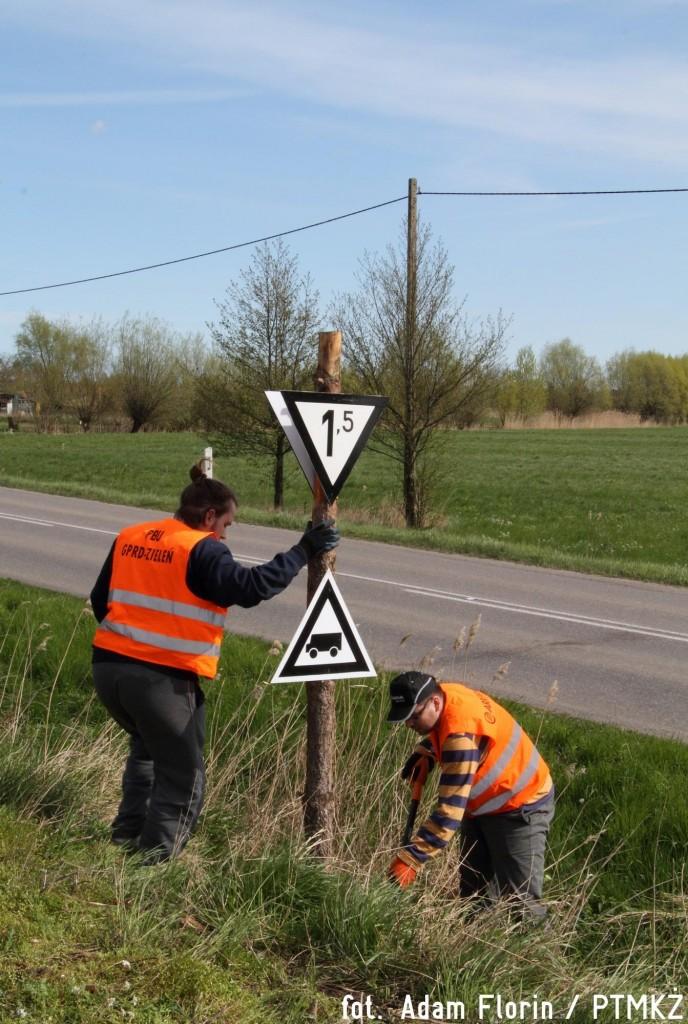 Uzupełnianie wskaźników przy linii kolejowej w okolicach Tujska. Fot. Adam Florin