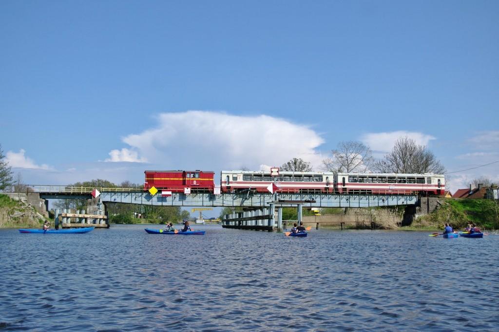Pociąg do Stegny widziany okiem kajakarza przejeżdża przez most w Rybinie nad Szkarpawą. Fot. Jan Kruszewski