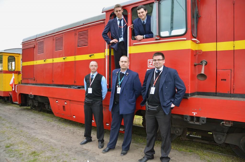 Drużyny: konduktorska oraz trakcyjna pociągu Żuławskiej Kolej Dojazdowej, które 1 maja miały przyjemność obsługiwać nasze pociągi.