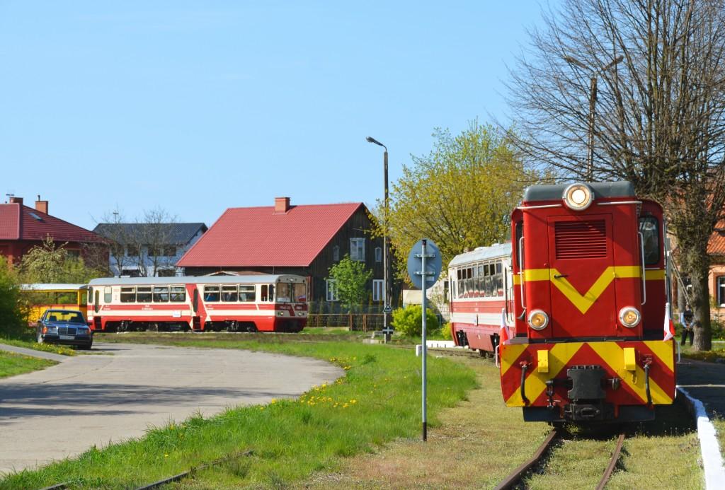 Spotkanie na stacji Stegna Gdańska dwóch pociągów. Na pierwszym planie pociąg do Nowego Dworu Gdańskiego, w oddali wjeżdża skład z Mikoszewa do Sztutowa. Fot. Przemysław Strzyżewski