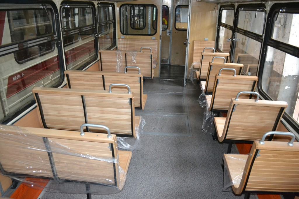 Odnowione wnętrze wagonu motorowego MBxd2-212. Fot. Dariusz Wenta.