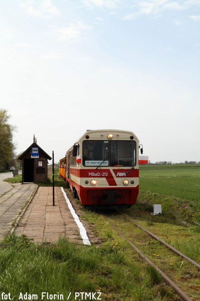 Pociąg z Nowego Dworu Gdańskiego do Prawego Brzegu Wisły podczas postoju na przystanku Popowo. Fot. Adam Florin.