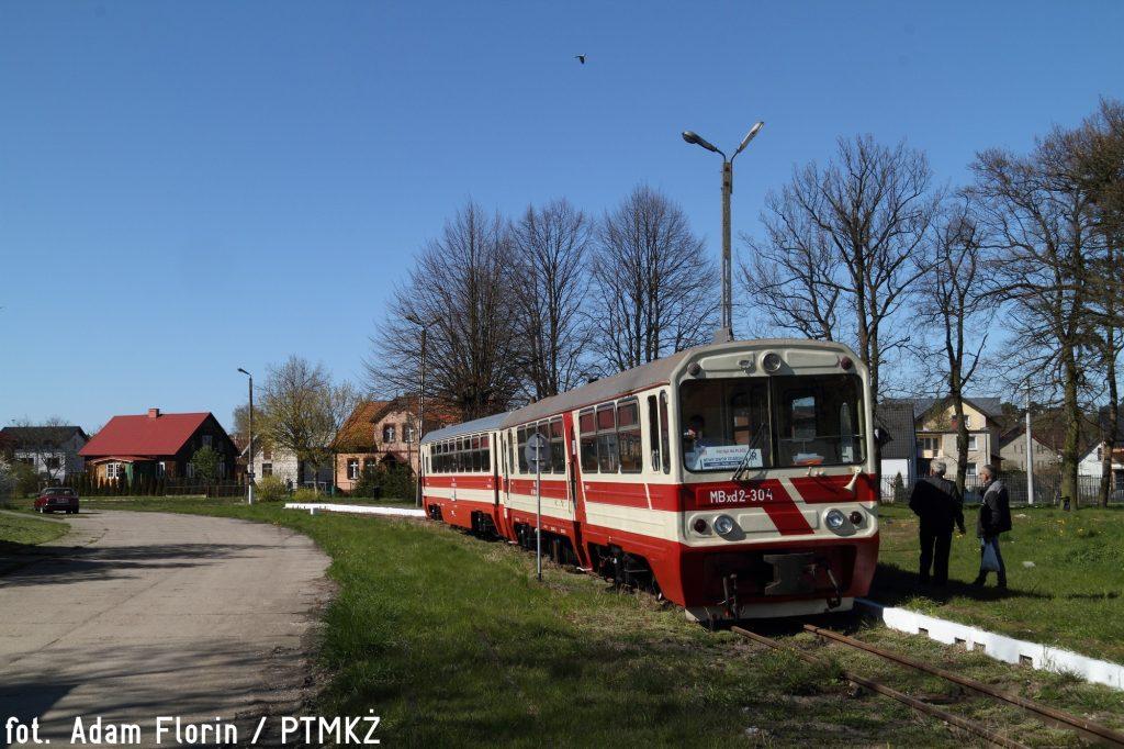 MBxd2-304 z wagonem Bxhpi na stacji Stegna Gdańska przed odjazdem do Nowego Dworu Gdańskiego. Fot. Adam Florin.