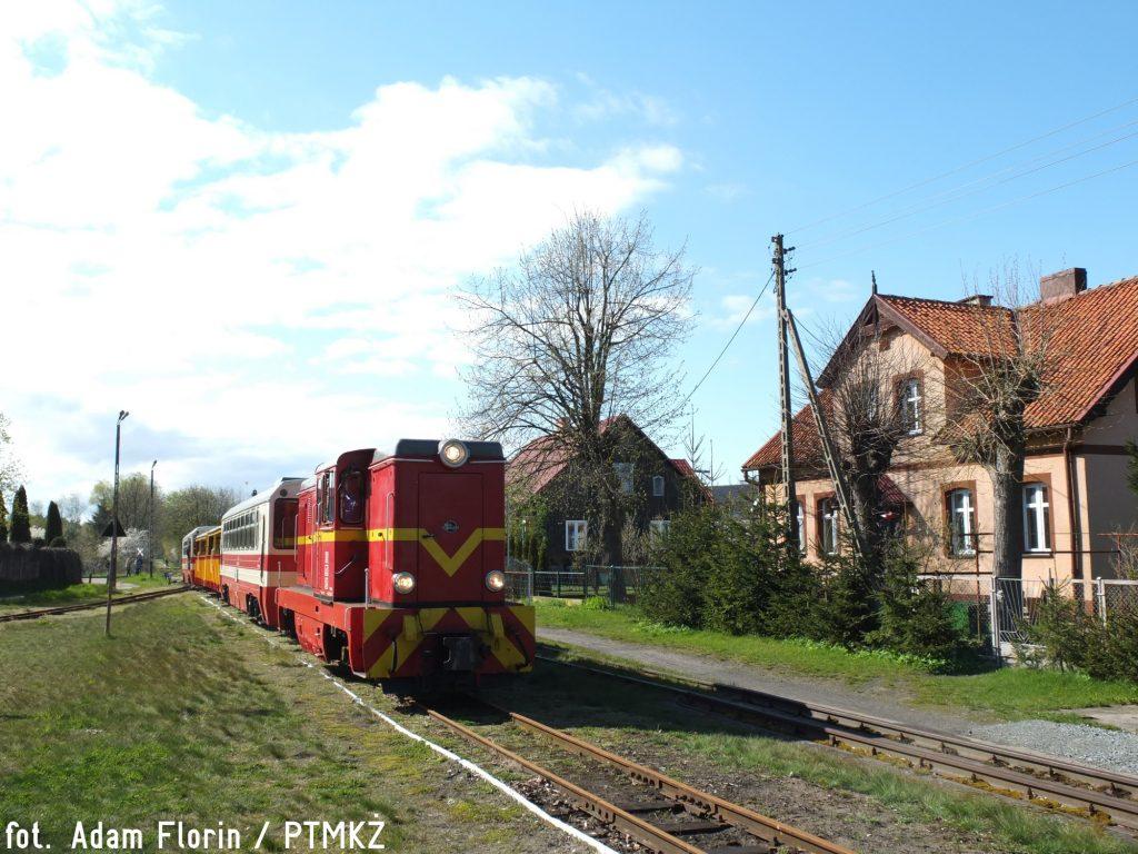 Lxd2-294 z pociągiem relacji Prawy Brzeg Wisły - Sztutowo wjeżdża na stację Stegna Gdańska. Fot. Adam Florin.