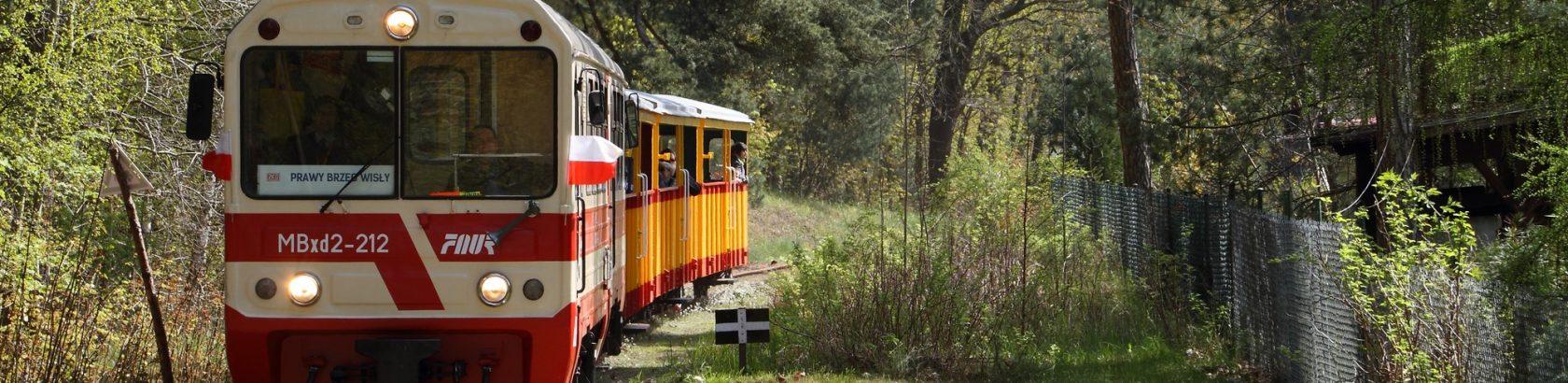 MBxd2-212 z pociągiem do Prawego Brzegu Wisły wjeżdża na przystanek Jantar Port. Fot. Adam Florin.