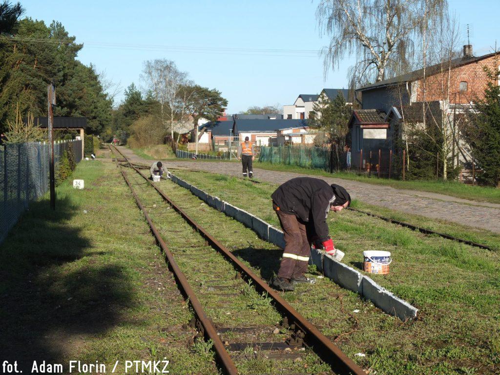 Malowanie krawędzi peronowych na stacji Jantar. Fot. Adam Florin.