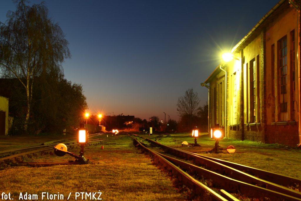 Wieczorne oświetlenie rozjazdów na stacji Nowy Dwór Gdański. Fot. Adam Florin.
