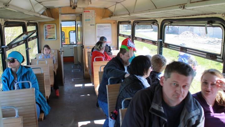 Podróżni w wagonie motorowym MBxd2-212 krótko przed odjazdem do Prawego Brzegu Wisły. Fot. Radio Tczew.