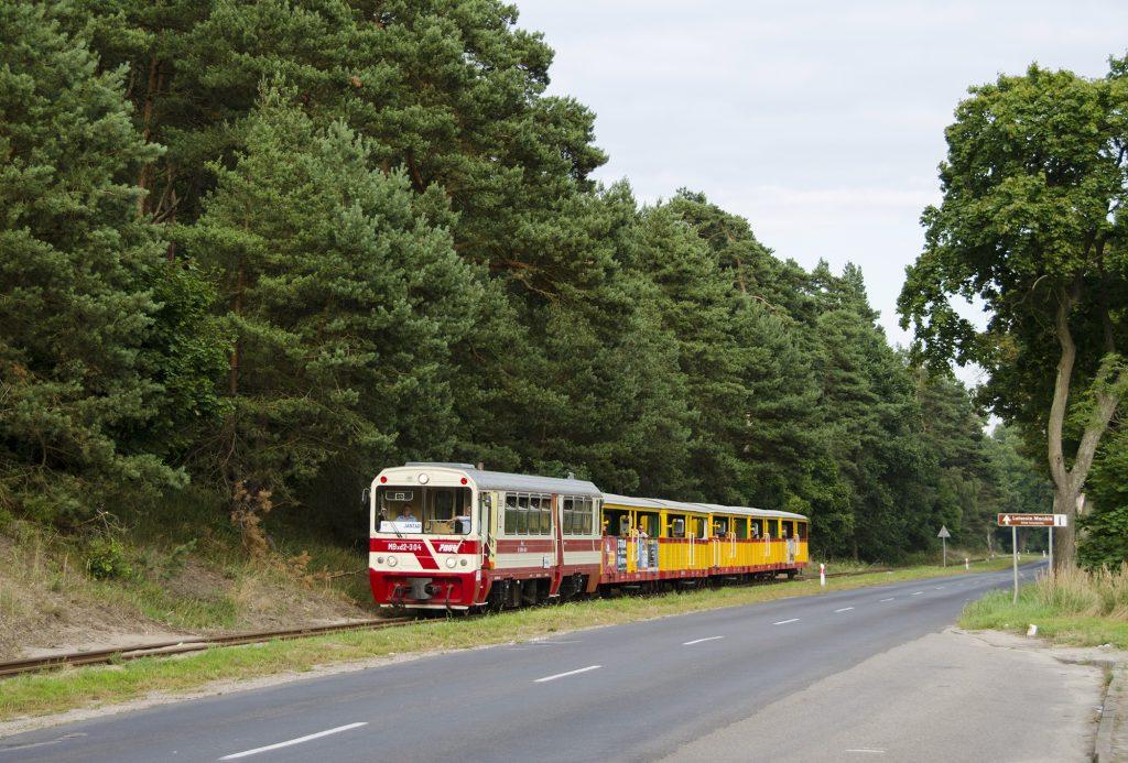 Wieczorny pociąg ze Sztutowa do Jantaru tuż za przystankiem Sztutowo Muzeum. Fot. Przemysław Strzyżewski.