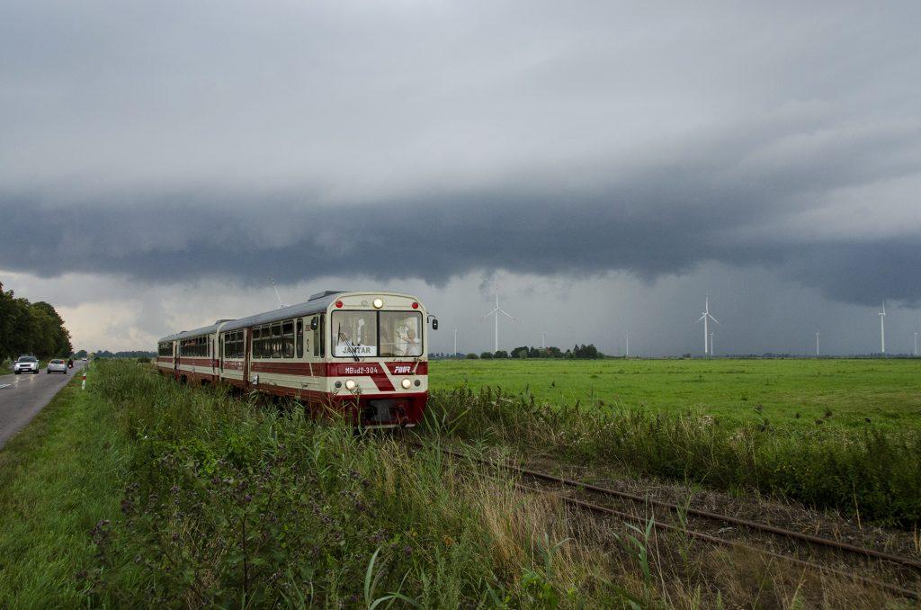 Pociąg z Nowego Dworu Gdańskiego do Jantaru ucieka przed burzą w Tujsku. Fot. Przemysław Strzyżewski.