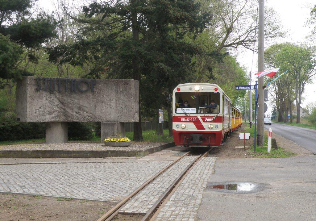Pociąg do Prawego Brzegu Wisły na przystanku Sztutowo Muzeum. Fot. Grzegorz Fey.