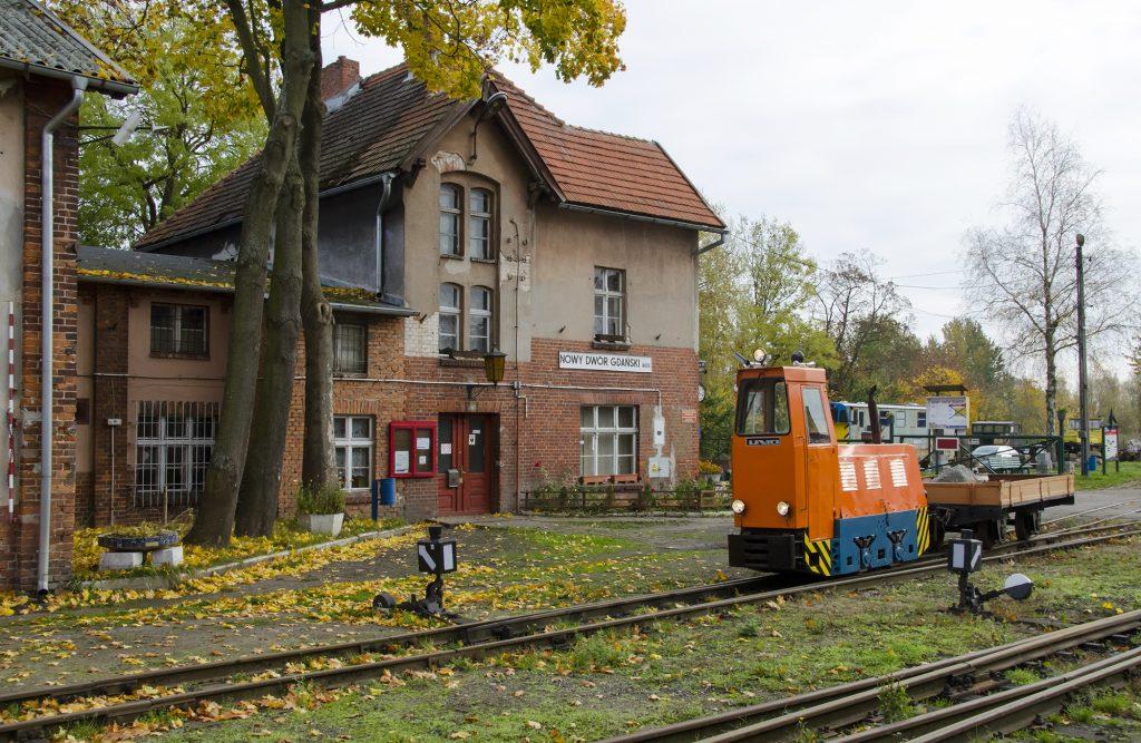 01.11.2020 | Lokomotywa LDl45 manewruje z wagonem platformą na stacji w Nowym Dworze Gdańskim. Fot. Przemysław Strzyżewski.